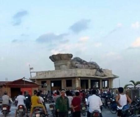 Khoảng 17 giờ ngày 7-7, bức tượng đã đổ sập hoàn toàn