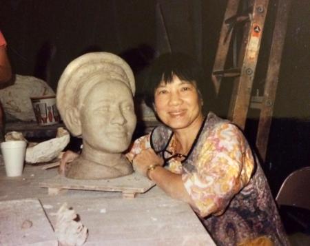 Nhà văn Linh Bảo đang nặn tượng Mẹ trong xưởng tranh tượng  của một đại học California [nguồn: Linh Bảo cung cấp]
