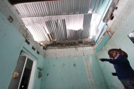 Phần trần nhà bị sập của nhà bà Phạm Thị Luyến (70 tuổi, thôn 11, xã An Sơn, huyện Thủy Nguyên).