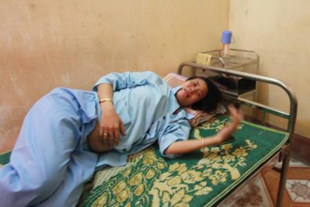 Chị Nguyễn Thị Hương uất nghẹn khi kể về việc bị hành hung dù đang mang bầu 8 tháng.