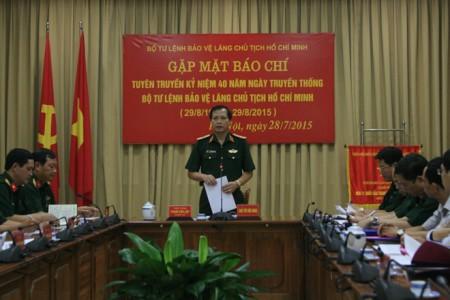 Thiếu tướng Phạm Văn Lập - Chính ủy Bộ Tư lệnh Lăng - phát biểu tại buổi gặp gỡ báo chí