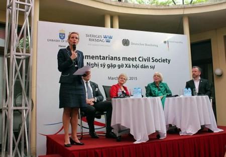 Buổi chiều ngày 30/3/2015, tại Tòa đại sứ Đức tại Hà Nội đã diễn ra cuộc gặp gỡ, trò chuyện giữa một số nghị sĩ của Đức và Thụy Điển với giới xã hội dân sự Việt Nam (RFA)