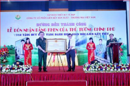 Ảnh: Chủ tịch HĐQT Lê Xuân Hà vinh dự nhận Bằng khen của Thủ tướng trao tặng Công ty. Nguồn ảnh: website Liên Kết Việt.