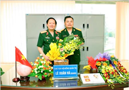 Ông Lê Xuân Hà (phải), Chủ tịch Hội đồng Quản trị kiêm Tổng Giám đốc Công ty Cổ phần Tập đoàn Thiết bị Y tế BQP, là người được giới thiệu là lãnh đạo công Liên Kết Việt. Bên trái là Thượng tướng Nguyễn Huy Hiệu. Nguồn ảnh: otofun.net