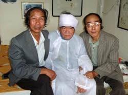 Ảnh Hoàng Phủ Ngọc Tường – bại liệt – đến dự đám tang bà mẹ vợ. (Ảnh lấy trên Facebook)
