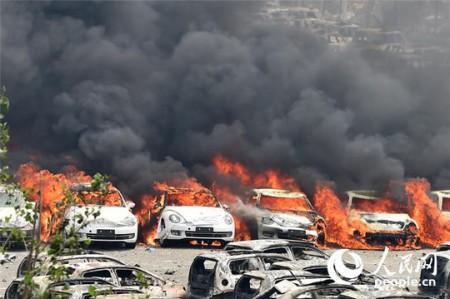 Xe hơi cháy ngùn ngụt trong các vụ cháy nổ mới ở Thiên Tân ngày 15-8  Ảnh: Nhân dân Nhật báo