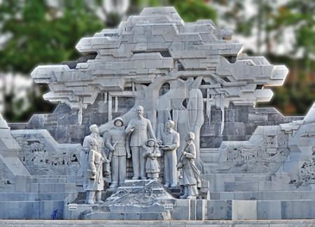 Nhiều địa phương đã có tượng đài Bác Hồ với nhân dân địa phương - trong hình là tượng đài Bác Hồ với các dân tộc tại Tuyên Quang.
