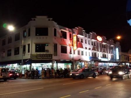 Geyleng là một con lộ dài, cắt ngang bởi vài chục con hẻm lớn, ở Singapore. Nó được mệnh danh là Phố Đèn Đỏ Quốc Tế, với hàng ngàn người hành nghề bán dâm thuộc nhiều quốc tịch khác nhau. Riêng hai con hẻm 20 và 21 (Lorong 20 & 21) hiện nay thì gần như là giang sơn của những cô gái Việt. Ảnh: Nguyễn Công Bằng, chụp khuya 19 tháng 10 năm 2014.