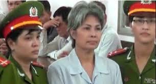 Bà Bùi Thị Minh Hằng trước tòa