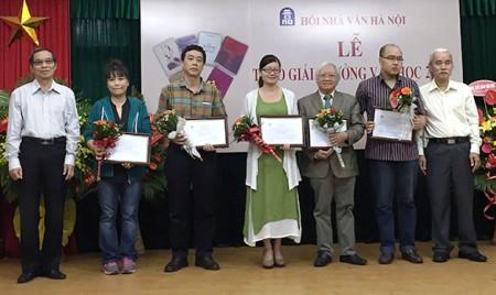 Phan Huyền Thư đứng giữa nhận giải thưởng của Hội Nhà văn Hà Nội