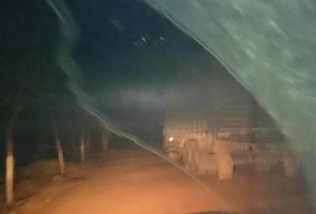 H 1 - Tập đoàn Cao su Việt Nam bị rút giấy chứng nhận của Hội đồng Quản lý Rừng Xe tải chở gỗ trái phép không gắn bảng số đợi đến đêm mới chạy. Tất cả 8 xe gặp ở Dong Nai ELC đều không gắn bảng số. (Ảnh: Global Witness)