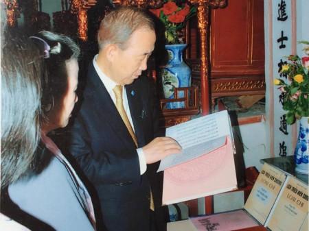 Ông Ban Ki-moon xem cuốn sách Lịch triều hiến chương loại chí trước ban thờ trong nhà thờ dòng họ Phan Huy - Ảnh: đại diện dòng họ Phan ở Sài Sơn cung cấp (Thanh Niên online)