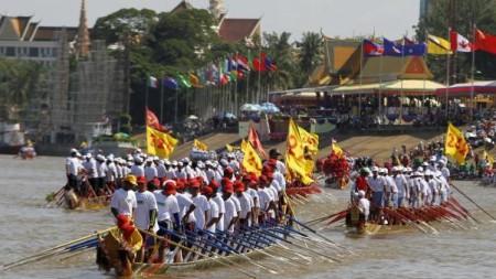 Lễ Hội Nước Bon Oum Tuk hàng năm trên sông Tonlé Sap trước Hoàng Cung; năm nay 2015 cũng là năm thứ tư phải huỷ bỏ vì Biển Hồ cạn nước và sông Tonlé Sap cạn dòng [nguồn: internet]