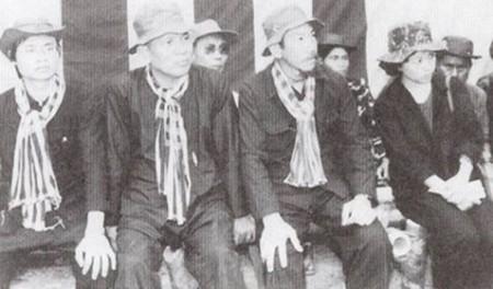 Hình Tướng Hoàng Cơ Minh ngồi cạnh Đại Tá Phạm Văn Liễu trong chiến khu.