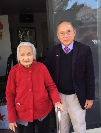Cụ bà Mẹ Phùng Nguyễn và Ngô Thế Vinh (photo by Huy Văn, December 5, 2015)