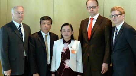 Vận động chính giới Đức của tổ chức VETO! cho cô Minh Hạnh (từ trái: Nghị sĩ Martin Patzelt, Vũ Quốc Dụng, bà Trần Thị Ngọc Minh (mẹ Minh Hạnh), nghị sĩ Michael Brand, nghị sĩ Lengsfeld)