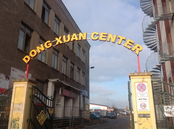 Cổng chính chợ Đồng Xuân - Ảnh: tác giả