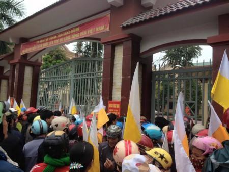 Sáng nay, hàng trăm giáo đân đã kéo đến Công an Huyện Quỳnh Lưu, nơi có trách nhiệm điều tra vụ việc đánh linh mục Nam.