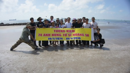 Tưởng niệm 74 anh hùng tử sĩ Hoàng Sa tại Vũng Tàu.(Nguồn: CLBNBTD)