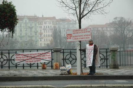 Ông Đỗ Xuân Cang trước cửa Lãnh Sự Quán Việt Nam, tại thủ đô Praha, Tiệp Khắc. Nguồn ảnh: ĐCV.