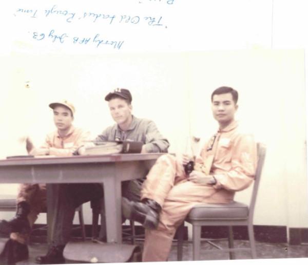 Từ trái sang phải: Phan Khôi – Thầy Ruff Doyle (nay là Đại tá hồi hưu) – Nguyễn Mộng Khôi