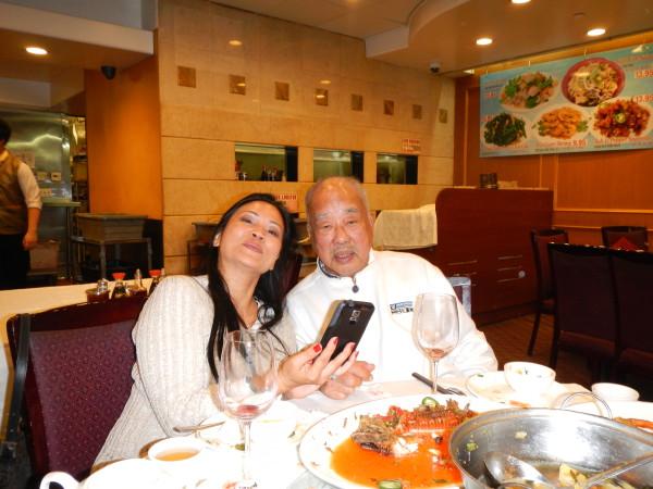 Bố nuôi tinh thần và con gái Erika tựa vào vai bố Đặng văn Âu