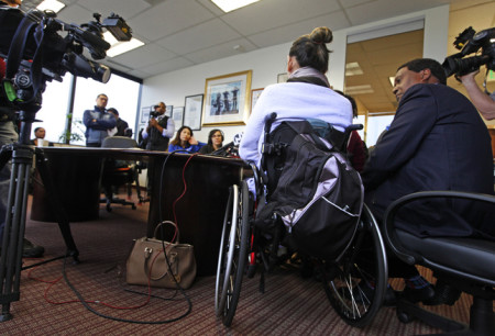 Lâm Hùng ngồi xe lăn họp báo sau khi nhận tin thắng 11 triệu 800 ngàn