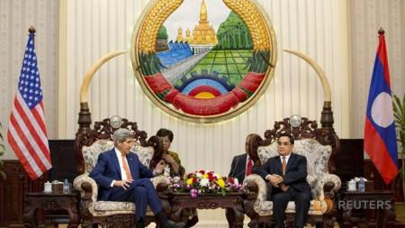 Ông Kerry hội đàm với ông Thammavong. Ảnh: Reuters