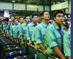 Mỗi năm hàng trăm ngàn người ra nước ngoài qua ngả 'xuất khẩu lao động'.
