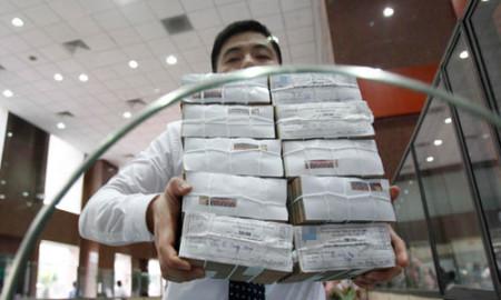 Theo số liệu của WB, mỗi người dân Việt Nam gánh hơn 1.200 USD nợ công. Ảnh: Reuters