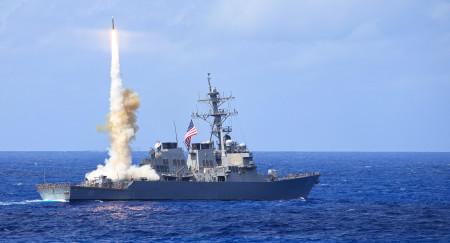 Tàu chiến USS Curtis Wilbur (DDG 54) đang bắn tên lửa RIM-66 trong kỳ luyện tập thường niên.