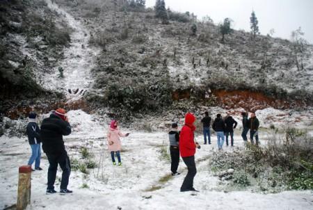 Du khách thích thú ngắm tuyết rơi tại Sa Pa. Chùm ảnh: Lê Phú