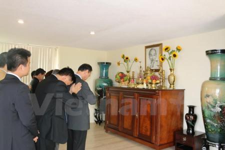Dâng hương trước bàn thờ Bác tại Đại sứ quán Việt Nam. Ảnh: Việt Hòa/Mexico