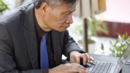 Tiến sĩ Nguyễn Quang A tại một quán cafe internet ở Hà Nội, ngày 1//3/2016.