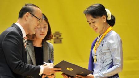 Năm 2013 lãnh đạo dân chủ Myanmar Aung San Suu Kyi mới đến được Hàn Quốc nhận giải