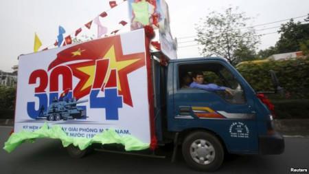 Xe tải dán áp phích quảng bá kỷ niệm ngày 30/4 trên đường phố ở Tp HCM. Ảnh Reuters