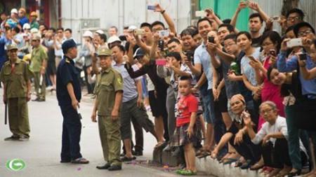 Người dân 2 bên đường nô nức đón Obama