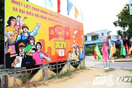 Băng rôn, cờ, hoa được trang khí tại các ngã ba, đường phố và các điểm bầu cử  tại thành phố Đà Nẵng. Ảnh: VTC News.