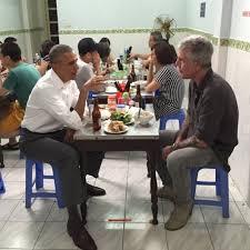 Obama ăn bún chả trong một quán ăn bình dân ở VN