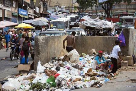 """""""Chủ nghĩa xã hội Venezuela"""": người dân phải bới  rác tìm đồ ăn."""