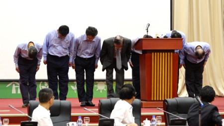 Lãnh đạo Formosa Hà Tĩnh cúi đầu xin lỗi. Ảnh: Nhật Quang- VnExpress