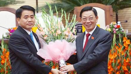 Thiếu tướng Nguyễn Đức Chung (trái) nhận lời chúc mừng của người tiền nhiệm Nguyễn Thế Thảo. Ảnh và chú thích: báo Kinh Doanh
