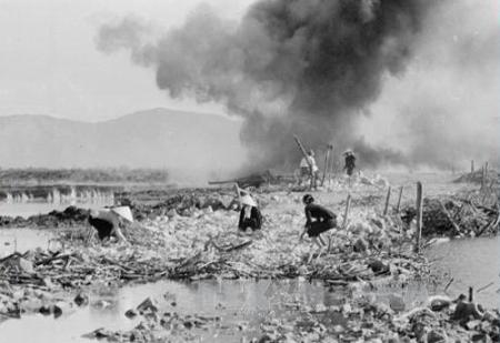 Dân công hỏa tuyến, thanh niên xung phong san lấp hố bom do địch bắn phá tại đường Trường Sơn. Chú thich: Báo Tin Tức. Ảnh: Hữu Ngôi-TTXVN