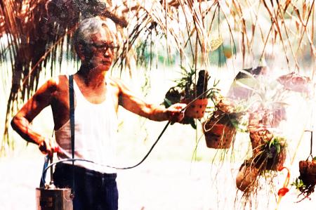 Như Phong ra tù, về sống ẩn dật ở trong một ngôi nhà lá mái gồi ở Hóc Môn. Phải: Như Phong đang tưới những dò phong lan  [nguồn: tư liệu Đinh Quang Anh Thái]