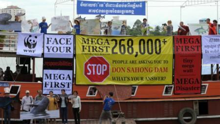 Những nhà hoạt động môi trường phản đối công trình thủy điện này vì nó được xây ngay trên dòng chính sông Mekong, nơi dòng cá di cư qua