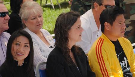 Dân cử và nhân sĩ San Jose trong Lễ Tưởng niệm 41 năm ngày 30-4. Hàng đầu từ trái: cựu Phó Thị trưởng Madison Nguyễn, ủy viên giáo dục Học khu Eastside Pattie Cortese và luật sư Diệp Thế Lân (ảnh Bùi Văn Phú)