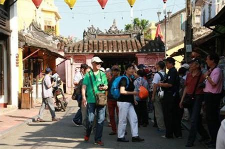 Du khách Trung quốc tại Hội An (ảnh RFA) (*)