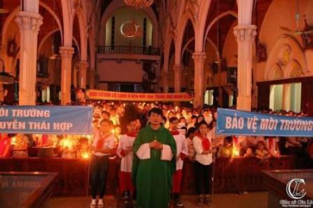 Hình ảnh: Giáo xứ Cửa Lò thắp nến cầu nguyện cho Môi trường và bảo vệ Đức cha Phaolo Nguyễn Thái Hợp.