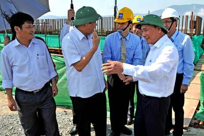 Hình 11: Phó thủ tướng Nguyễn Xuân Phúc đang say sưa tìm hiểu về các lò cao luyện thép Hình 12: Phái đoàn nhiều nước viếng thăm địa điểm làm việc của MCC 19
