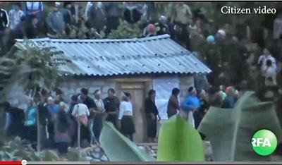 Người dân tộc H'mong vô vọng bảo vệ Nhà tang lễ trước lúc nhà tang bị tấn công và tàn phá năm 2013. Ảnh & chú thích: RFA
